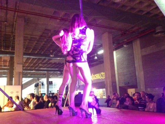 Dos actrices bailando en uno de los múltiples escenarios.